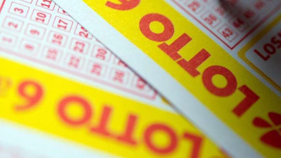 Ein Lottoschein wird ausgefüllt. Foto: Inga Kjer/dpa/Archivbild