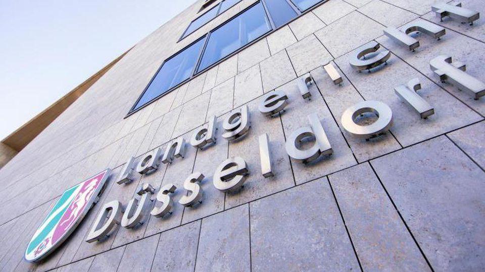 "Der Schriftzug ""Landgericht Düsseldorf"" hängt an der Fassade des Landgerichts an der Werdener Straße. Foto: Rolf Vennenbernd/dpa"