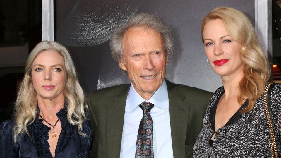 """Clint Eastwood mit seiner Partnerin (seit 2014) Christina Sandera (l.) und seiner Tochter Alison Eastwood bei der """"The Mule""""-Filmpremiere im Jahr 2018 in Los Angeles"""