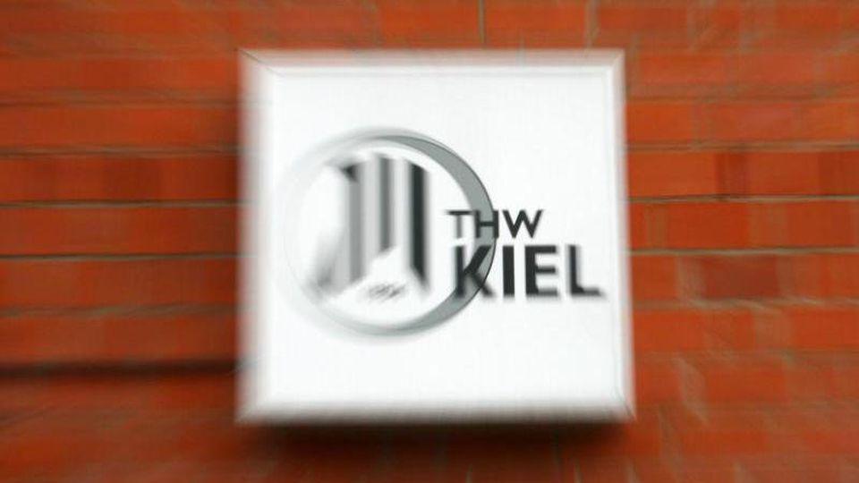 Ein Schild mit dem Logo von THW Kiel hängt an einer Mauer der Geschäftsstelle des Vereins in Kiel. Foto: Carsten Rehder/Archiv