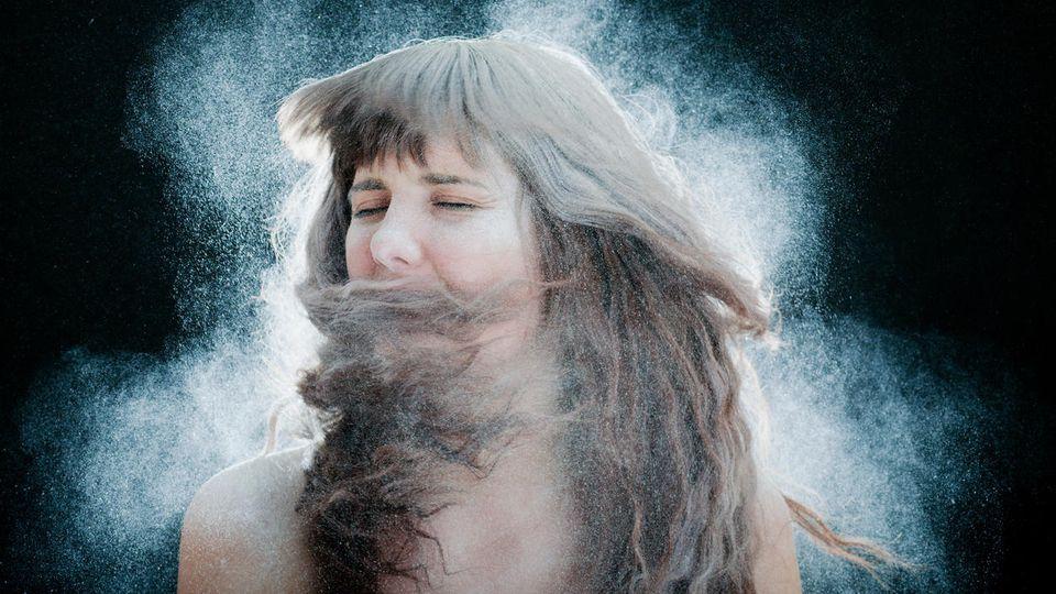 Mehl zum Haarewaschen? In Sachen fettiger Haaransatz schwören viele auf Mehl!