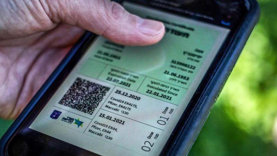 """Der """"Grüne Pass"""" wird in Israel benötigt, um bestimmte Orte zu betreten und an bestimmten Aktivitäten teilzunehmen. Ein Vorbild auch für Deutschland?. Foto: Ilia Yefimovich/dpa"""