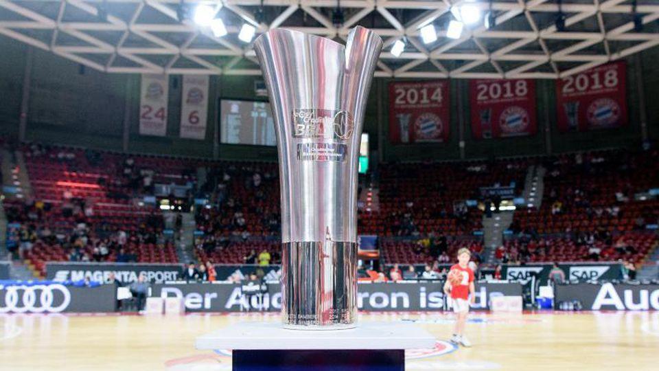 Der Ligapokal der Deutschen Basketball Bundesliga steht vor Spielbeginn auf einem Podest. Foto: Matthias Balk/dpa