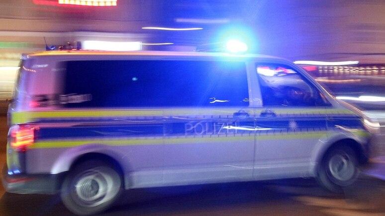 Polizeiwagen mit Blaulicht im Einsatz. (Symbolbild)