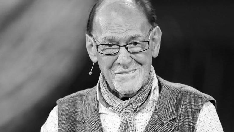 """Schauspieler Herbert Köfer steht bei der Verleihung der """"Goldenen Henne"""" auf der Bühne. Foto: Jan Woitas/dpa-Zentralbild/dpa"""