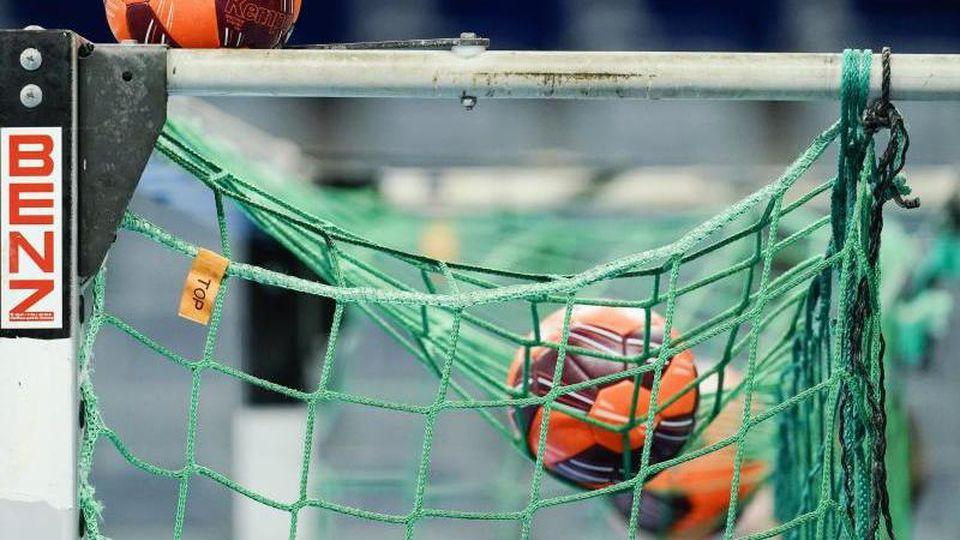 Spielbälle liegen im Netz eines Tors. Foto: Uwe Anspach/dpa/Symbolbild