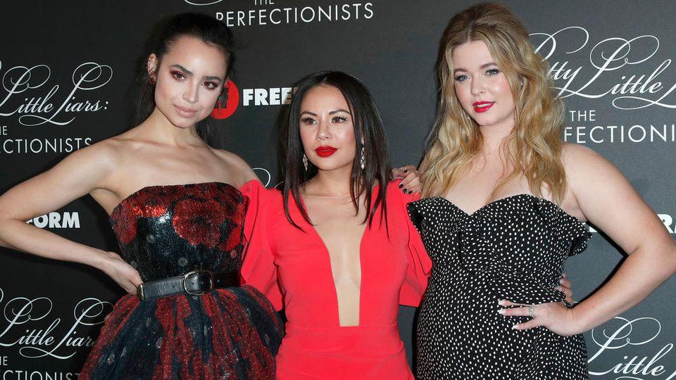 "Sofia Carson (v.l.n.r.), Janel Parrish, Sasha Pieterse bei der ""The Perfectionists""-Premiere im März 2019."
