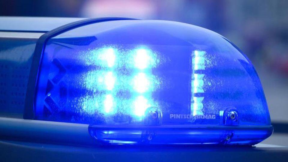 Ein Blaulicht leuchtet auf dem Dach eines Polizeifahrzeugs. Foto: Patrick Pleul/dpa-Zentralbild/dpa/Symbolbild