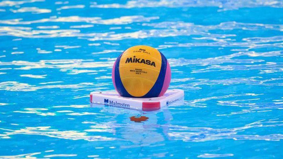 Ein Wasserball liegt vor Beginn des Spiels im Wasser. Foto: Bernd Thissen/dpa/Symbolbild