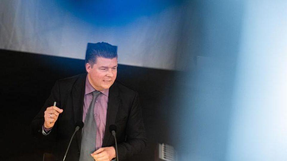 Andreas Dressel (SPD) spricht während einer Sitzung der Hamburgischen Bürgerschaft. Foto: Daniel Reinhardt/dpa/Archivbild