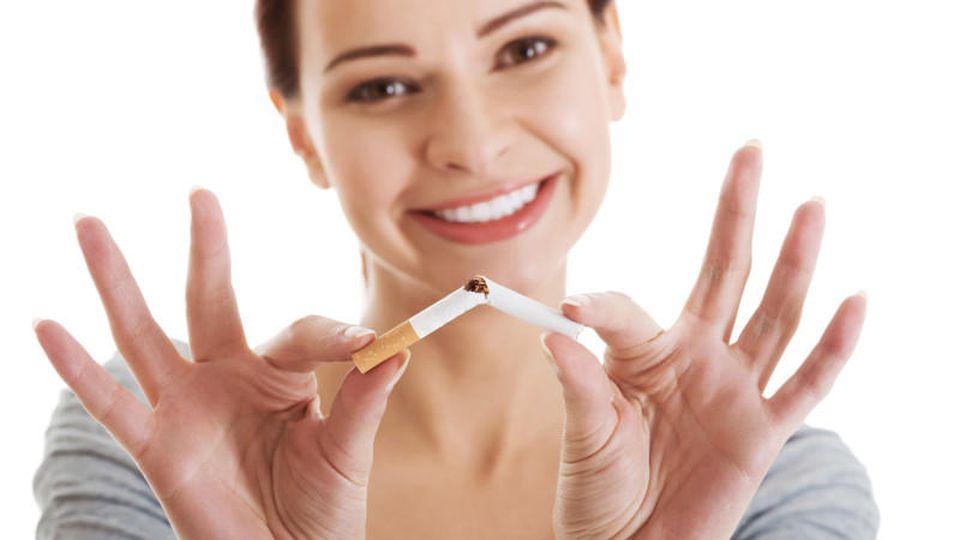 Endlich rauchfrei: Frau bricht Zigarette entzwei