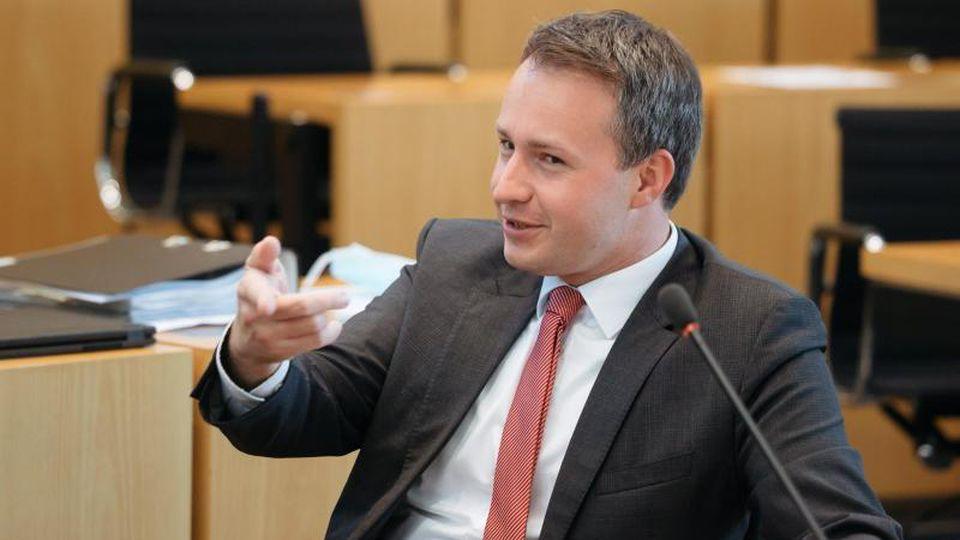 Andreas Bühl, parlamentarischer Geschäftsführer der CDU-Fraktion, gestikuliert im Landtag. Foto: Michael Reichel/dpa-Zentralbild/dpa/Archiv