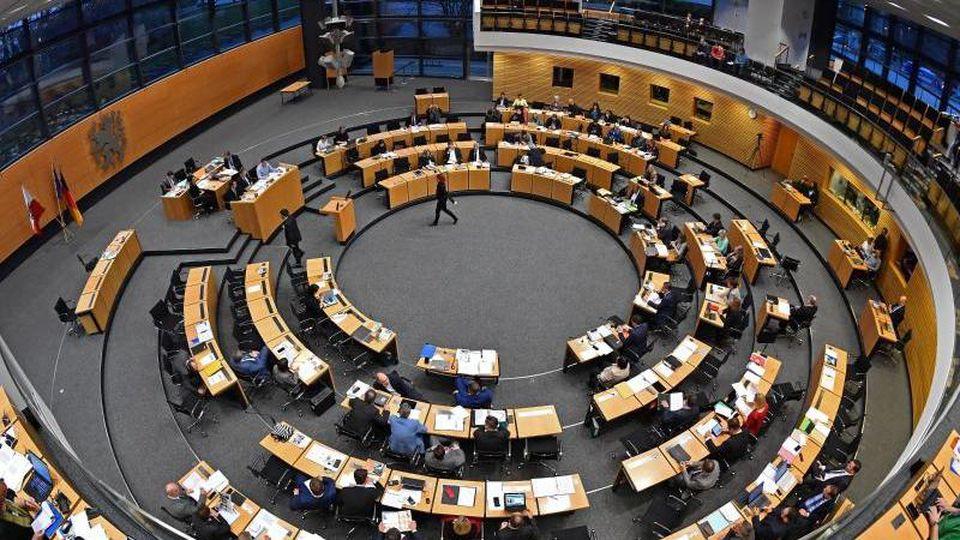 Abgeordnete sitzen im Plenarsaal während der Aktuellen Stunde im Thüringer Landtag. Foto: Martin Schutt/zb/dpa/Archivbild