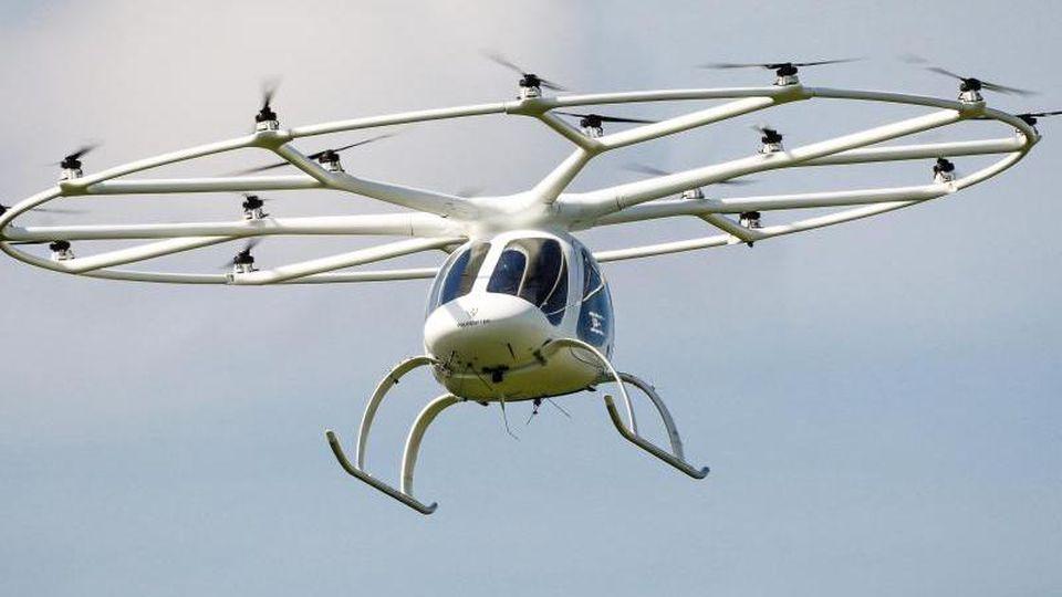 Ein Volocopter fliegt durch die Luft. Foto: Christoph Schmidt/dpa/Archivbild