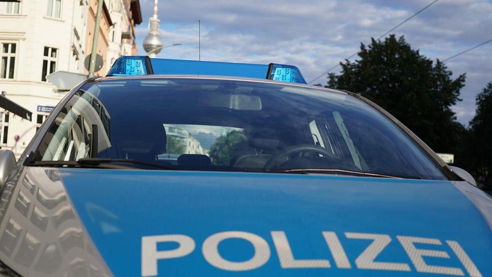 In Berlin-Moabit fand die Polizei einen toten Mann in seiner Wohnung mit schweren Kopfverletzungen.