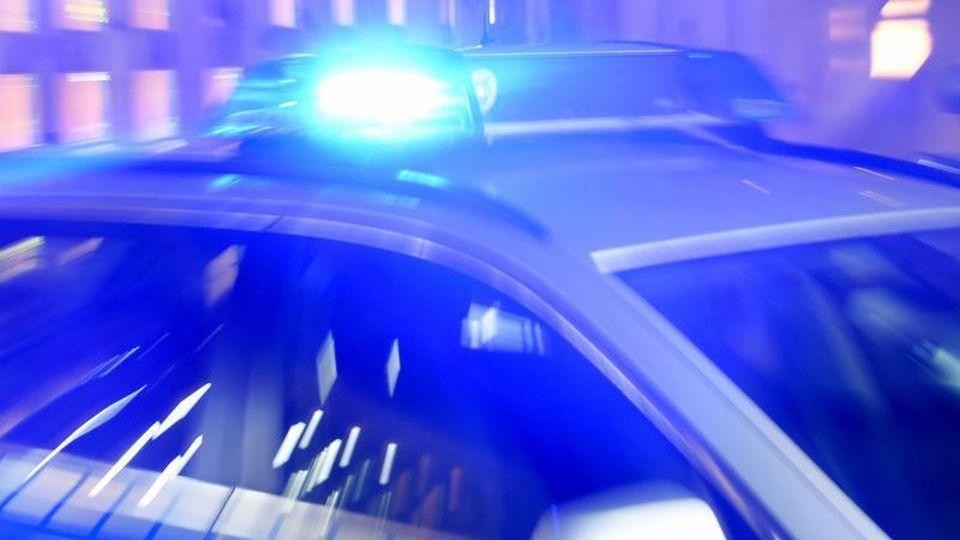 Streifenwagen der Polizei mit eingeschaltetem Blaulicht. Foto: Carsten Rehder/Archiv