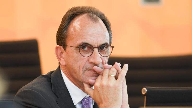 Hessens Finanzminister Michael Boddenberg (CDU) schaut in die Kamera. Foto: Arne Dedert/dpa