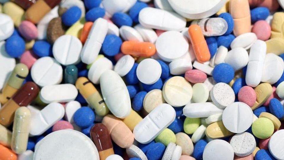 Tabletten liegen auf einem Haufen. Foto: Firso Gentsch/Archivbild