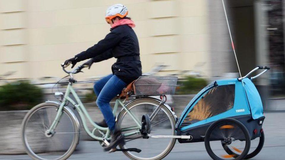Vor dem ersten Geburtstag sollten Kinder nicht im Fahrradanhänger mitfahren. Foto: Tobias Hase/dpa-tmn