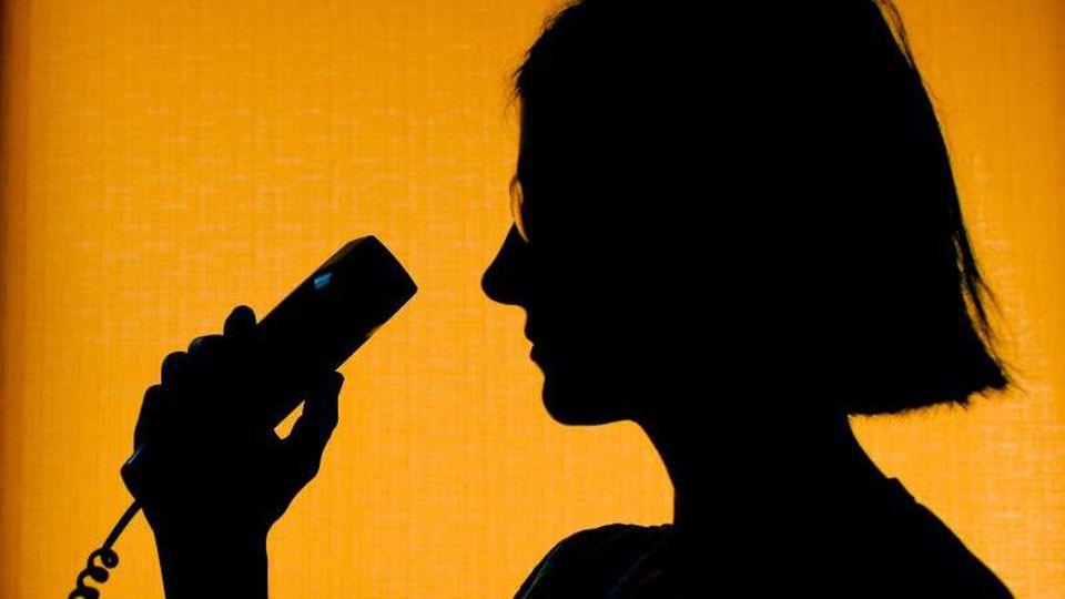 Eine Mitarbeiterin der Telefonseelsorge nimmt ein Telefonat an. Foto: Patrick Pleul/dpa-Zentralbild/dpa/Archivbild/Symbolbild