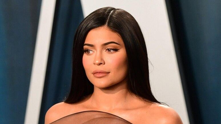 Kylie Jenner zeigt sich auf ihrem neuesten Foto gehüllt in goldene Farbe