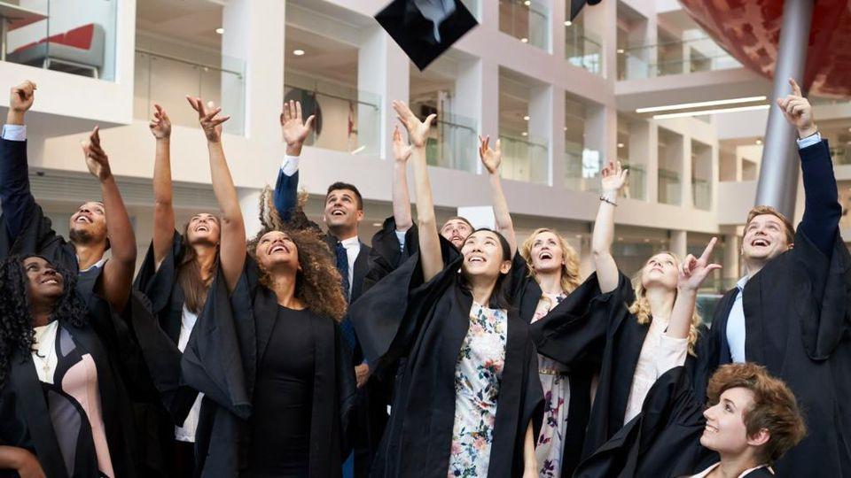 Gute Jobperspektiven und mehr Gehalt für Absolventen eines Fernstudiums
