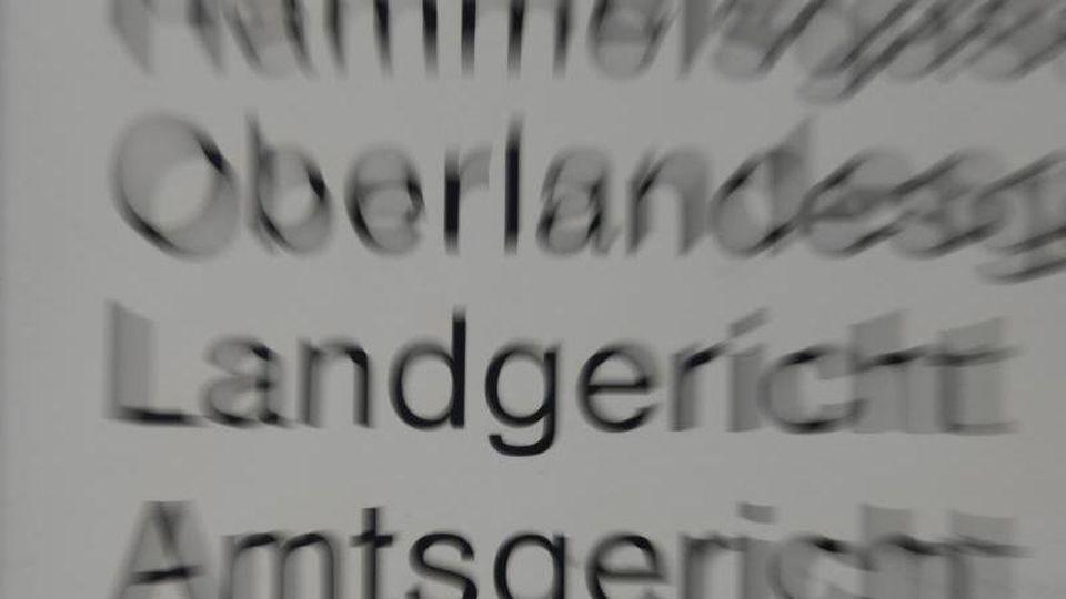 Hinweisschild am Frankfurter Oberlandesgericht.Foto: Arne Dedert/Archivbild