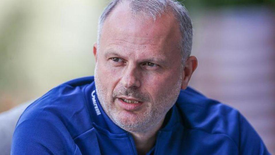 Schalkes Sportvorstand Jochen Schneider spricht. Foto: Tim Rehbein/dpa/Archivbild