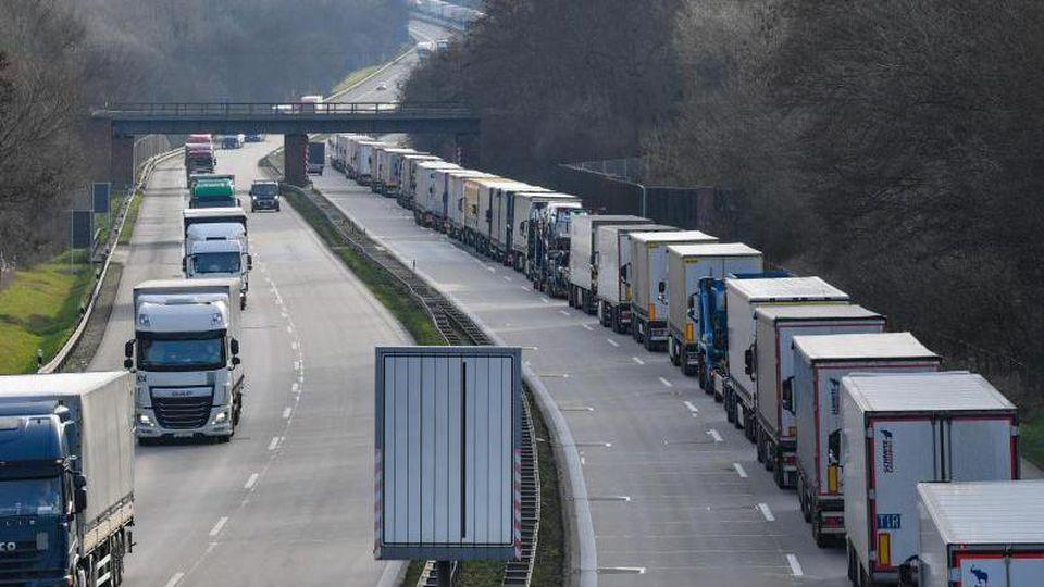 Unmittelbar nach den Grenzschließungen Mitte März kam es vielerorts zu langenStaus - wie hier bei Frankfurt (Oder). Foto: Patrick Pleul/dpa-Zentralbild/dpa
