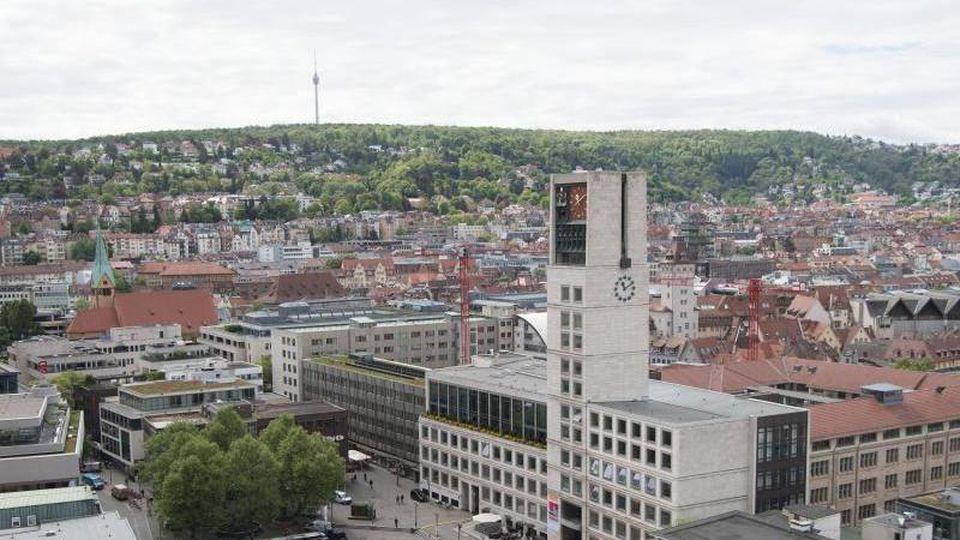 Das Stuttgarter Rathaus (r) mit dem davorliegenden Marktplatz. Foto: Marijan Murat/dpa/Archivbild