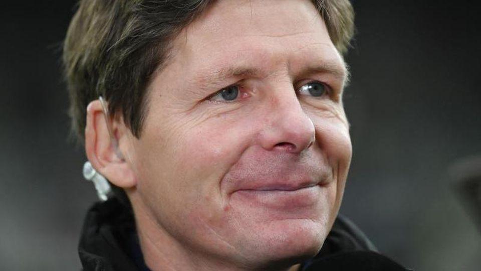 Wolfsburgs Trainer Oliver Glasner gibt ein Interview. Foto: Patrick Seeger/dpa