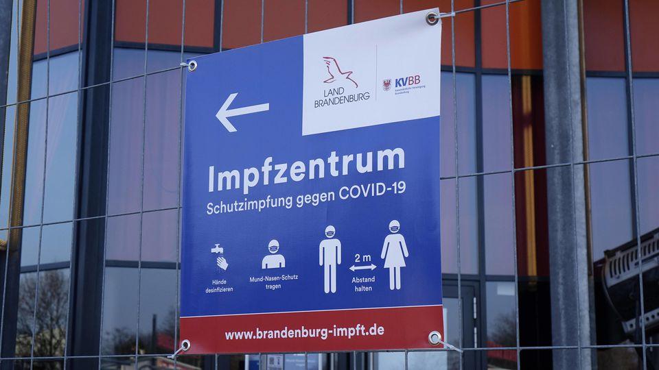 Derzeit kursieren in Brandenburg gefälschte Impftermin-Absagen.