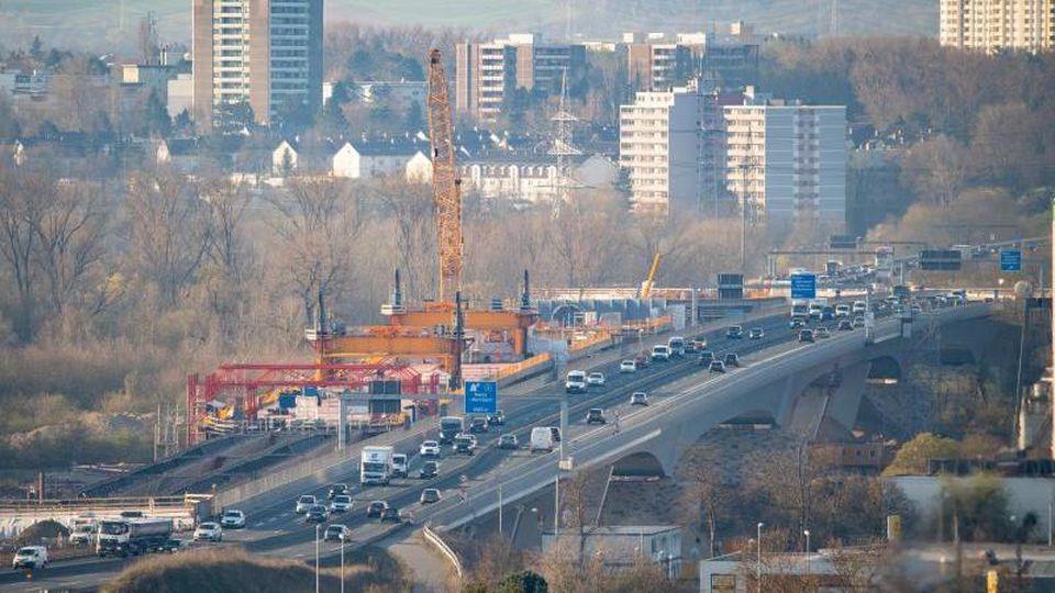 Der Berufsverkehr fließt am Morgen über die Schiersteiner Brücke von der hessischen Landeshauptstadt aus in Richtung Rheinland-Pfalz. Foto: Andreas Arnold/dpa/Archiv