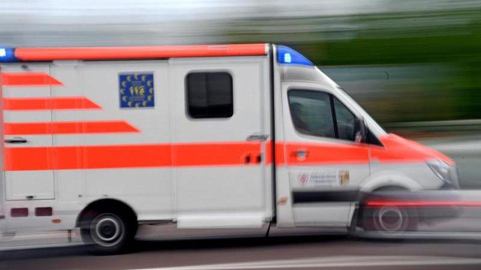 Ein Krankenwagen fährt mit Blaulicht über eine Straße. Foto: Hendrik Schmidt/zb/dpa/Symbolbild