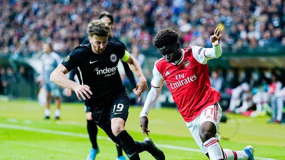 Frankfurts David Angel Abraham (l) und Londons Bukayo Saka kämpfen um den Ball. Foto: Uwe Anspach