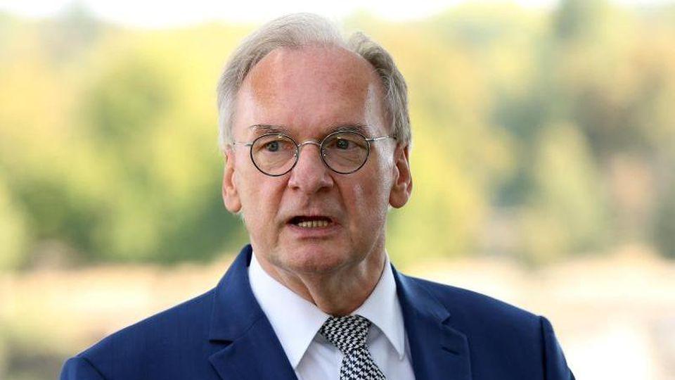 Ministerpräsident Reiner Haseloff spricht in der Geschäftsstelle des CDU-Landesverbandes. Foto: Ronny Hartmann/dpa-Zentralbild/dpa/Archivbild