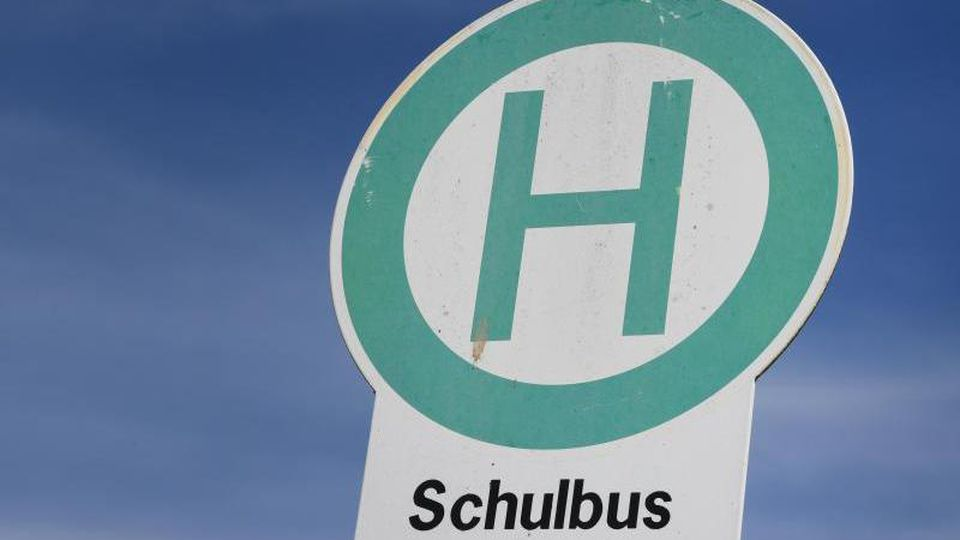 Eine Schulbushaltestelle nahe einer Schule. Foto: Stefan Sauer/dpa/Symbolbild
