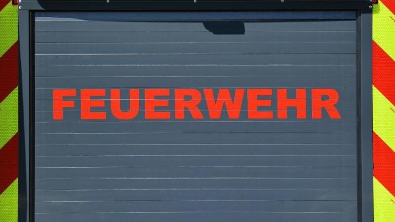 """Der Schriftzug """"Feuerwehr"""" ist auf einem Einsatzfahrzeug angebracht. Foto: Martin Schutt/dpa-Zentralbild/dpa/Symbolbild"""