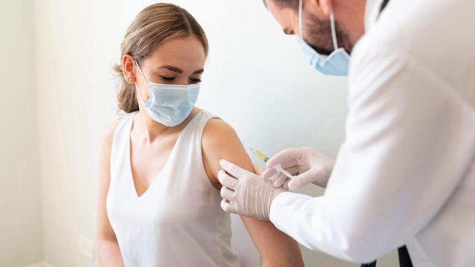 Während viele Menschen noch auf ihre erste Impfung gegen das Coronavirus warten, hat sich die Stiko nun bereits für eine Auffrischungsimpfung im Jahr 2022 ausgesprochen.