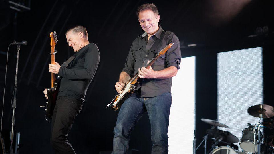 Sollen als großer Headliner in Düsseldorf rocken: Bryan Adams (l.) mit seinem langjährigen Lead-Gitarristen Keith Scott.