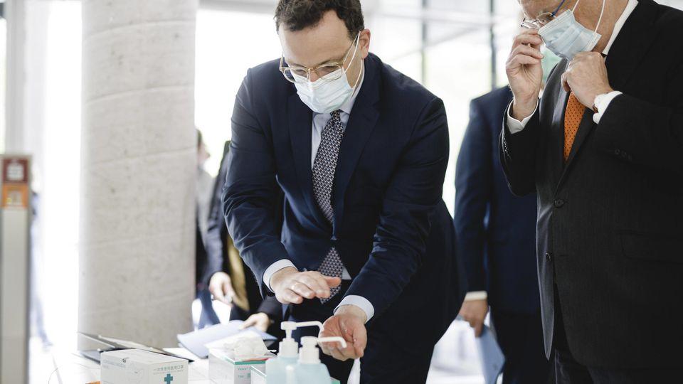Bundesgesundheitsminister Jens Spahn (CDU) und der Ministerpraesident von Niedersachsen, Stephan Weil (SPD), im Rahmen