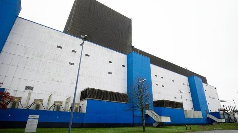 Das Betriebsgebäude des Kernkraftwerk Brunsbüttel. Foto: Christian Charisius/dpa/Archivbild