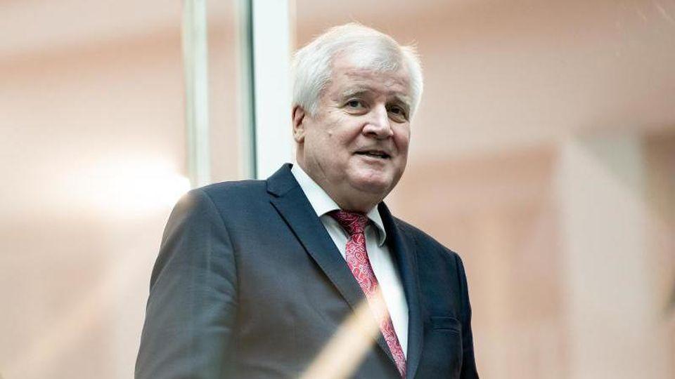 Innenminister Horst Seehofer (CSU) war zuletzt zunehmend unter Druck geraten, weil binationale Paare bereits wochenlang eine Lösung angemahnt hatten. Foto: Bernd von Jutrczenka/dpa