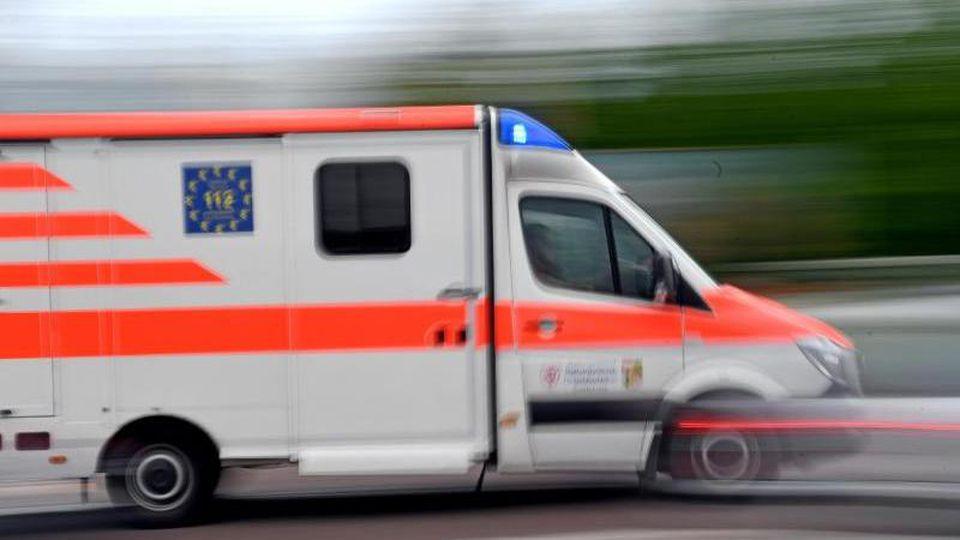 Ein Krankenwagen fährt mit Blaulicht über eine Straße. Foto: Hendrik Schmidt/dpa-Zentralbild/ZB/Archivbild