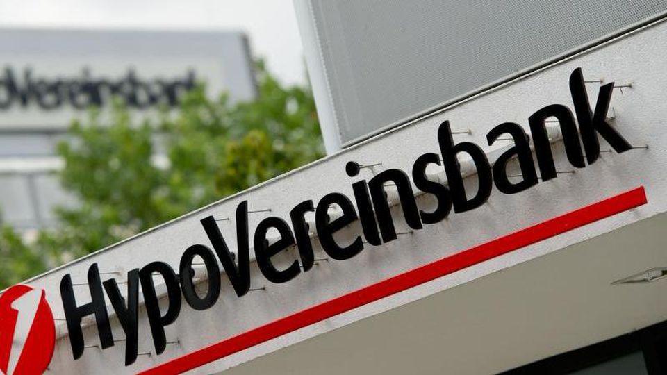 Das Logo und der Schriftzug der HypoVereinsbank hängt am Verwaltungsgebäude der Bank. Foto: Sven Hoppe/dpa/Archivbild