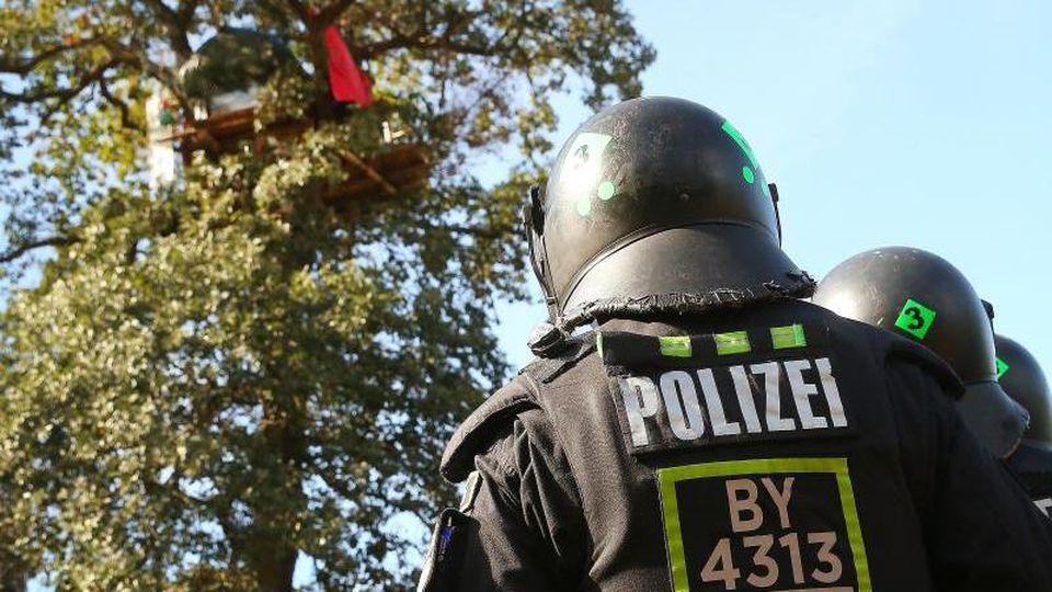 Polizisten stehen vor einem Baumhaus im Hambacher Forst. Foto: David Young/dpa/Archivbild