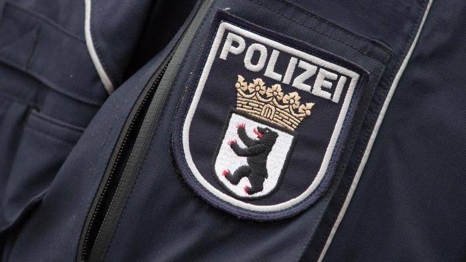 Das Wappen der Berliner Polizei prangt an einer Jacke. Foto: Tim Brakemeier/dpa/Symbolbild