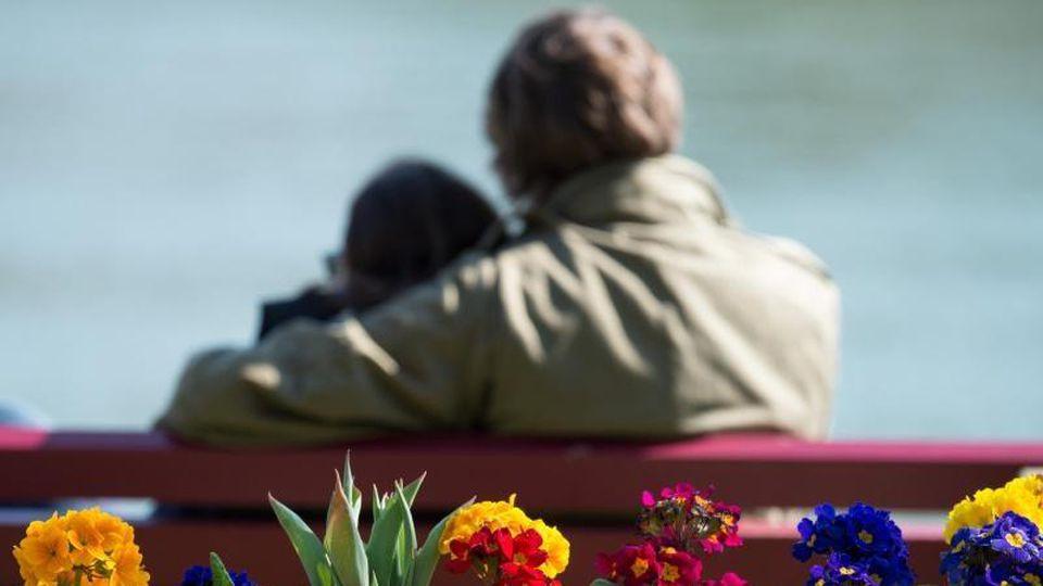 Die Frühlingssonne sorgt für Glücksgefühle. Viele sind nun auch bereit für eine neue Liebe. Foto: Armin Weigel