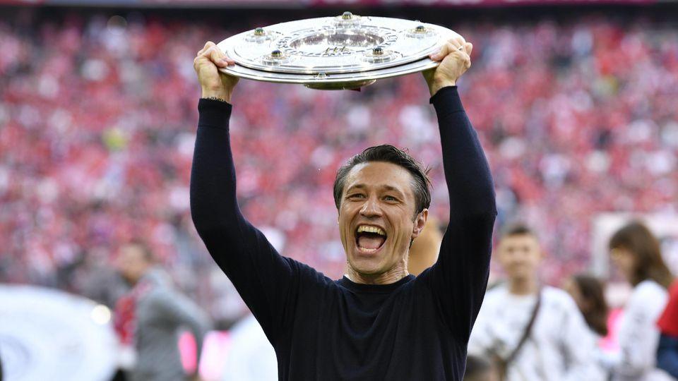 Trainer Coach Niko Kovac FC Bayern München FCB stolz mit Schale Meisterschale Trophäe Meisterfeier