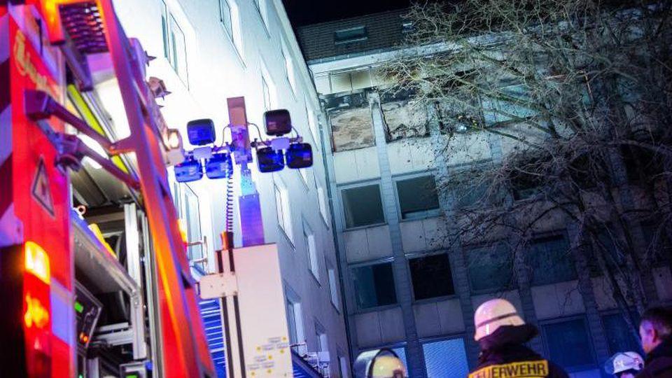 Feuerwehrleute vor dem Düsseldorfer Wohnhaus. Foto: Christophe Gateau